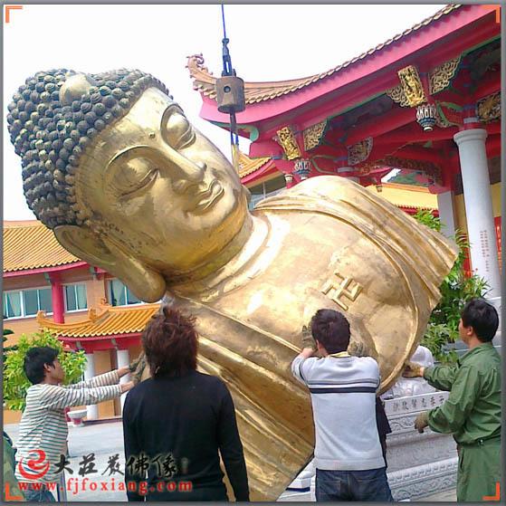 铜佛像佛身移进寺内